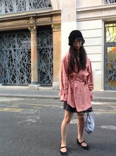 通りを歩きながら小さな女の子の写真・画像素材[1214376]