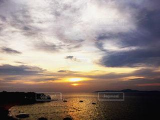 海に沈むパタヤの夕陽の写真・画像素材[1217027]