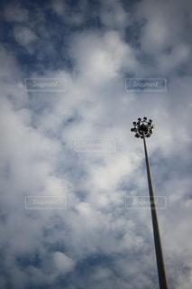 空に伸びるライトの写真・画像素材[1259297]