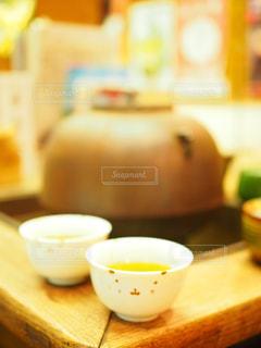 近くの木製のテーブルの上に食べ物をの写真・画像素材[1214801]