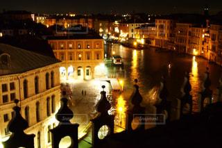 夜のライトアップされた街の写真・画像素材[1215030]
