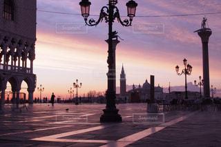 街に沈む夕日の写真・画像素材[1215076]
