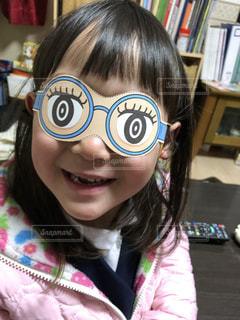 面白いメガネをつけた女の子の写真・画像素材[1215802]