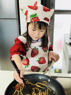 お料理をする小さな女の子の写真・画像素材[1215803]