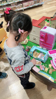 テーブルで遊ぶ小さな子供の写真・画像素材[1215805]