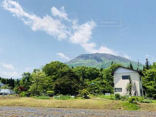 晴れの日の田舎の山の写真・画像素材[1215806]