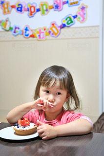 お誕生日のケーキを食べる少女の写真・画像素材[1215946]