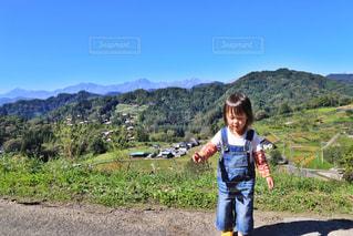 山の道に立っている少女の写真・画像素材[1215950]