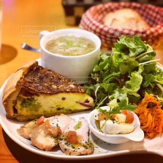 テーブルの上に食べ物のプレートの写真・画像素材[1216039]