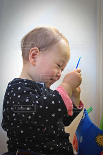鏡を見て笑顔の幼児の写真・画像素材[1219441]