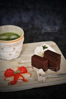 チョコレートようかんには抹茶がピッタリおしゃれプレートの写真・画像素材[1224566]