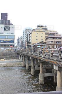 歴史ある京都の橋を渡るの写真・画像素材[1229508]