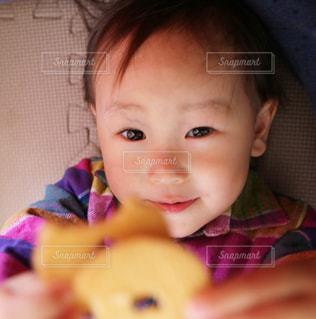 クッキーを持って喜ぶ女の子の写真・画像素材[1232283]