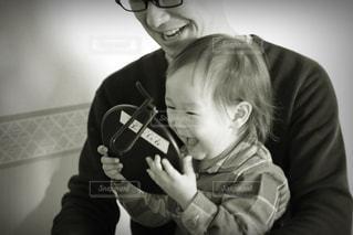 鏡を見て喜ぶ女の子とお父さんの写真・画像素材[1232285]