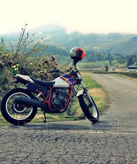 バイクで山に旅行ツーリングの写真・画像素材[1266173]