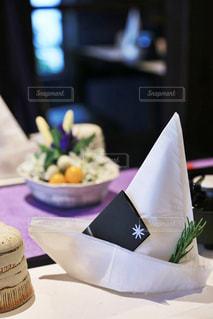 近くのテーブルの上に食べ物をの写真・画像素材[1388332]