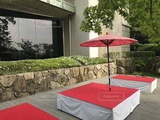 赤い傘の休憩所の写真・画像素材[1225031]