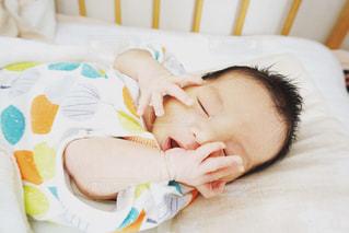 とっても眠そうな赤ちゃんの写真・画像素材[1221129]