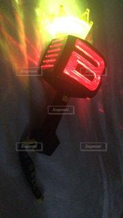 近くに夜の赤色光のアップの写真・画像素材[1238598]