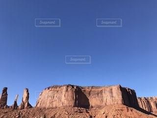 大規模な石造りの建物とのバック グラウンドでの山の写真・画像素材[1216513]