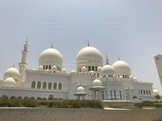 シェイク ・ ザーイド ・ モスクとビルを背景に、大きな白いの写真・画像素材[1260296]