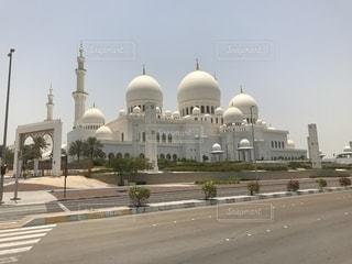 シェイク ・ ザーイド ・ モスクとビルを背景に、大きな白いの写真・画像素材[1260297]