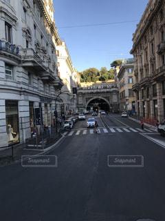 道の端に建物と狭い街の写真・画像素材[1281764]