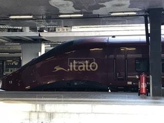 電車は建物の脇に駐車します。の写真・画像素材[1281898]