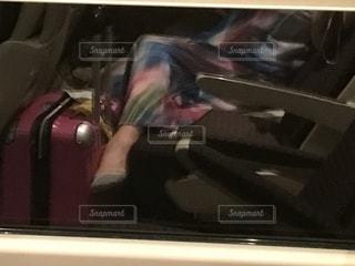 スーツケースに座る人の写真・画像素材[1283791]
