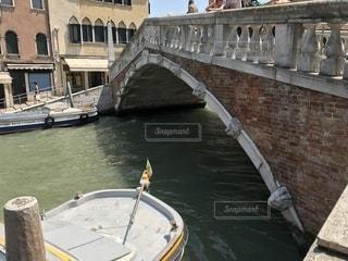 建物の上に座ってボートの写真・画像素材[1283805]