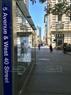 街の通り上の標識の写真・画像素材[1294094]