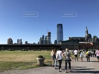 建物の前に歩く人々 のグループの写真・画像素材[1294936]