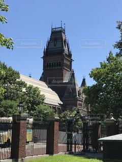 建物の前に時計塔の写真・画像素材[1294962]