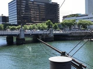 バック グラウンドで市と水の体中の小型船の写真・画像素材[1300570]