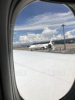 飛行機の窓からの眺めの写真・画像素材[1300592]