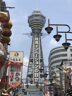 背の高い建物の周りの人々 のグループの写真・画像素材[1315741]