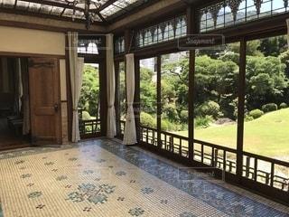 大きな窓の景色の写真・画像素材[1318169]