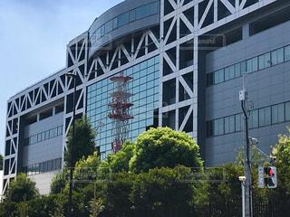 高層ビルの前にある看板の写真・画像素材[1416498]