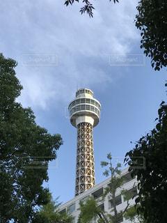 空の背景を持つ大規模な背の高い塔の写真・画像素材[1426027]