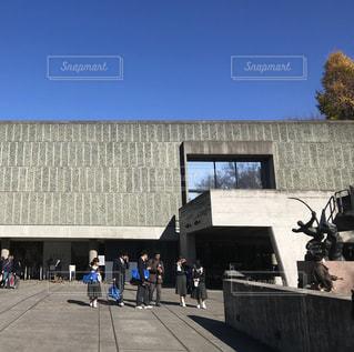 建物の前に立っている人々 のグループの写真・画像素材[1679095]