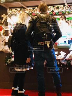 クリスマスマーケットを楽しむカップルの写真・画像素材[1685755]