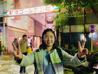 新宿ゴールデン街と若い女性の写真・画像素材[2963725]