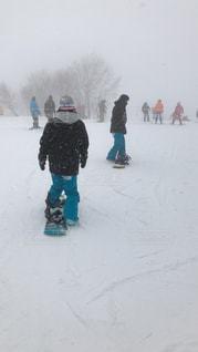 雪に覆われた斜面をスキーに乗っている人のグループ - No.1215930