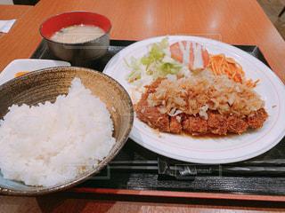 テーブルの上に食べ物のプレートの写真・画像素材[1797328]