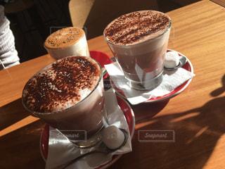 テーブルの上のコーヒー カップの写真・画像素材[1220933]