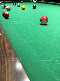 部屋でボールを持つテーブルの写真・画像素材[1221863]