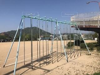 運動場の登り棒の写真・画像素材[2083997]