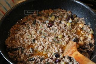 近くに金属鍋のアップは食べ物でいっぱいの写真・画像素材[1225470]