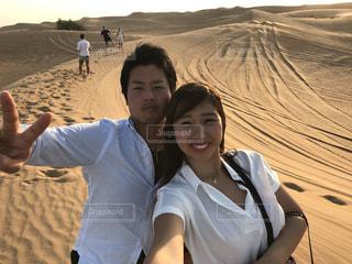 ドバイの広大な砂漠で自撮りの写真・画像素材[1285860]