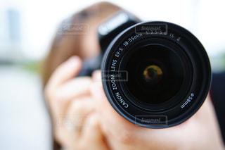近くにカメラを持つ手のアップの写真・画像素材[1222376]